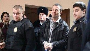 Сергей Резник под конвоем.