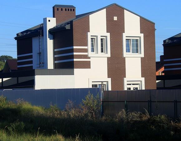 Строительство двух первых солнечных домов в Ростове компания выполнила в садоводческом товариществе «Изумруд». Возведенные объекты уже проданы — за 9 миллионов рублей каждый.