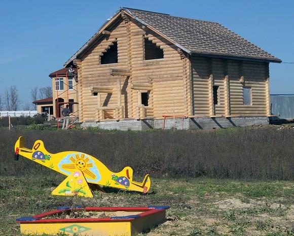 Примерно каждый десятый дом в коттеджном поселке «Озерном» строится из дерева. По оценкам застройщика, в Ростове становятся все более популярны избы, поскольку они существенно дешевле каменного жилья.