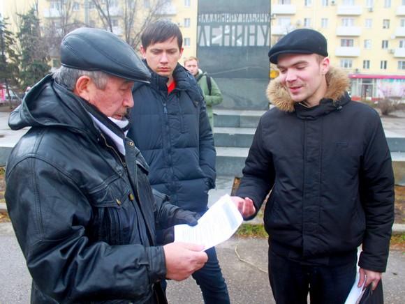 Владислав Рязанцев и участники митинга.