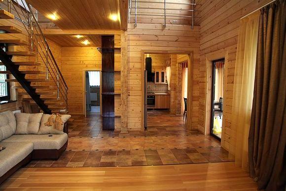 Производить внутреннюю отделку стен в доме из бруса не обязательно.