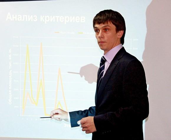 Представитель министерства ЖКХ Ростовской области демонстрирует критерии, по которым  19533 многоквартирных дома будут поставлены в 35-летнюю очередь за капремонтом.