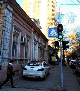 Парковаться приезжим авто на одной из старейших ростовских улочек просто негде.