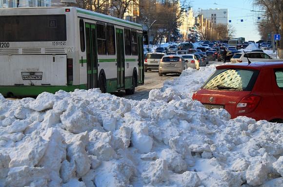 2 февраля 2014 г.: снег по-прежнему не убран даже на главной транспортной магистрали Ростова — пр. Буденновском.