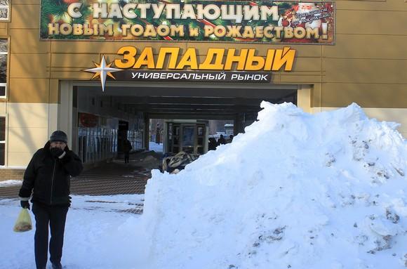 Выпавший в конце января возле Западного рынка снег очень гармонично сочетается с новогодним поздравлением жителей Ростова. Жаль, что он на месяц опоздал: накануне новогодних праздников здесь стояла унылая слякоть.