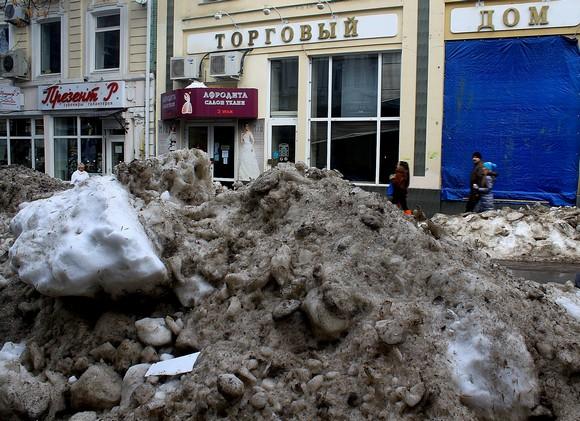 А что суждено этой снежной куче: быть вывезенной на одной из 36 тысяч машин или средь бела дня растаять в сотне метров от здания городской администрации?