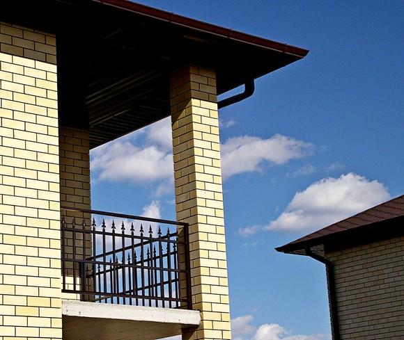 Балкон в загородном доме с собственным земельным участком — это уже явная роскошь, присущая бизнес-классу.