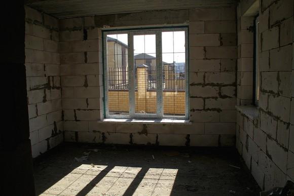 Так выглядят стройварианты в коттеджном поселке «Донской»: внутри — «коробка» с окнами и дверями, а во дворе и на улице — комплексное благоустройство.
