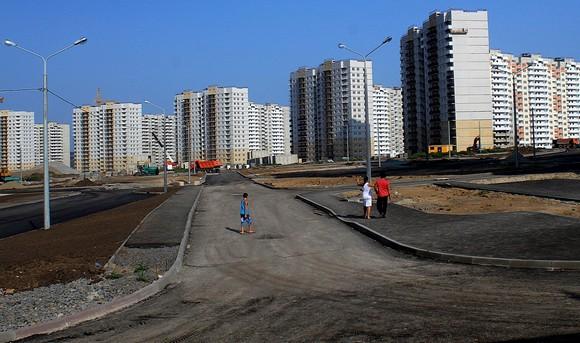 По версии некоторых ростовчан, продажи жилья в Суворовском районе Ростова сдвинулись с места исключительно за счет бюджета. На первых порах здесь никто не хотел ни жить, ни покупать недвижимость. Иными словами, военным просто выдали бесплатные квартиры, «поставив перед фактом».