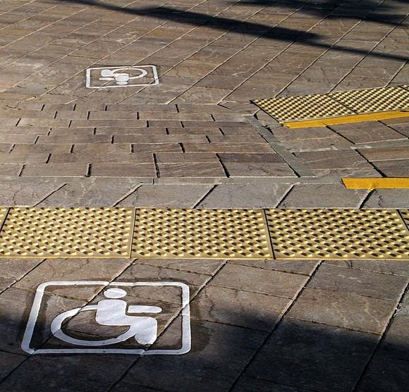 Дорожки для инвалидов. По ним не только удобно ехать на коляске, но и ходить пешком при дефектах зрения: ноги хорошо чувствуют поверхность.