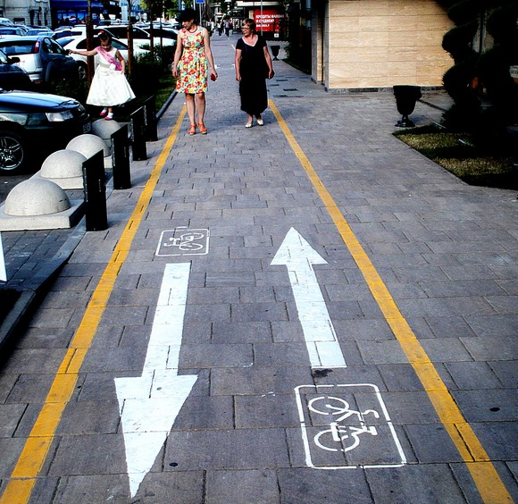 Несколько лет назад обещанные властями Ростова велосипедные дорожки появились на набережной. Велосипедистов здесь достаточно, но они так и не поняли своего счастья и почему-то обычно едут по тротуарам. А по дорожкам идут пешеходы. Азия-с.