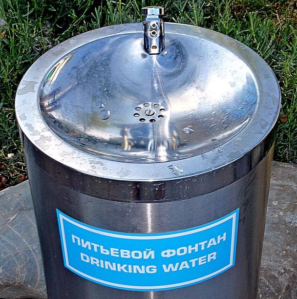 А помните советские фонтанчики на Левбердоне с круглосуточно бегущей проточной водой  — независимо от наличия жаждущих? Мы пили эту водоканальскую воду и даже живы остались. Европейские фонтаны явно жаднее, но, будем надеяться, в них плещется питье поприличнее.