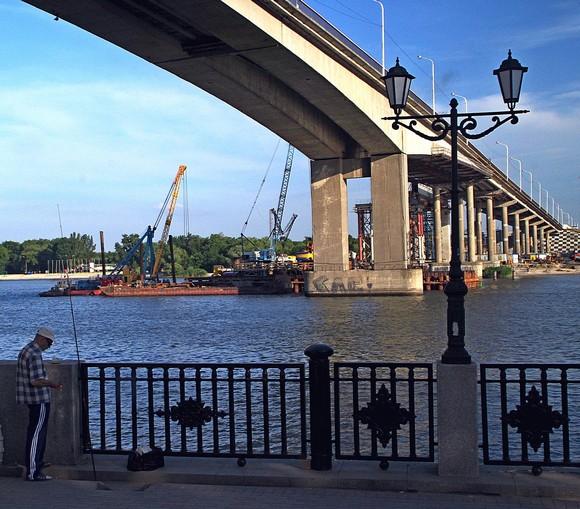 Символы старой ростовской набережной: демонтируемый Ворошиловский мост и рыбак с удочкой.