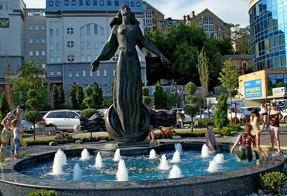В ходе реконструкции набережной знаменитая «Ростовчанка» стала новым фонтаном. По словам автора скульптуры Анатолия Скнарина, сам памятник реконструирован прекрасно, он стал намного лучше смотреться.