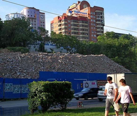 Останки снесенного склада XIX века — соседа Парамоновских складов. Он не был памятником федерального значения, и на его месте, по слухам, хотят возвести многоквартирный дом.