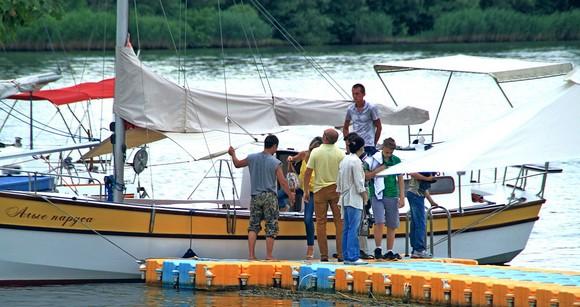«Старочеркасская Ривьера» уже начала обрастать собственным флотом. На этой лодке периодически организовываются экскурсии по Дону, в том числе даже бесплатные.