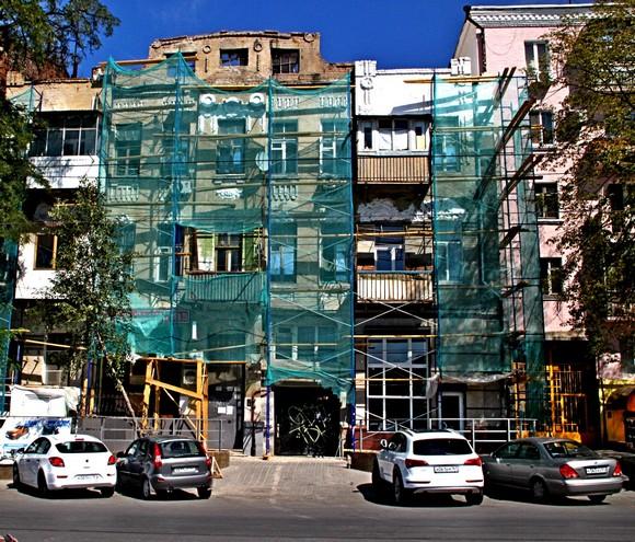 Губернатор Василий Голубев лично ознакомился с тем, как уничтожается кирпичная кладка в «Доме с драконами» по ул. Горького. Примечательно, что это здание построили ровно 100 лет назад — в 1914-м.