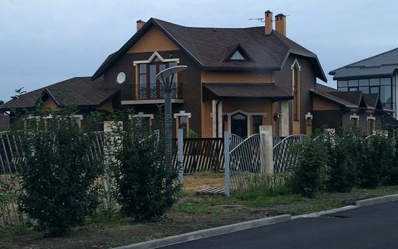 В «Старочеркасской Ривьере» не встретишь классического жилья для «новых русских», но есть здесь весьма дорогие дома, выполненные со вкусом.