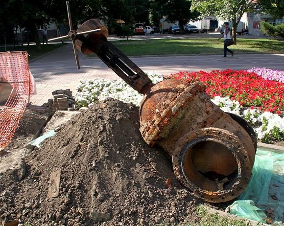 На фото: главное начальство над этой ржавой ростовской бандурой сидит не где-нибудь, а в самом Волгограде.