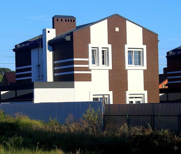 Этот дом в садоводческом товариществе «Изумруд» один из местных застройщиков продал за 10 миллионов рублей. По такой цене уже можно купить готовое жилье в элитной «Старочеркасской Ривьере». Такие вот у нее конкуренты.
