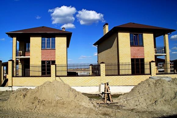 Эти компактные 96-метровые коттеджи с землей в поселке «Донской» продаются за 4 миллиона рублей — по цене обычной 3-4 комнатной квартиры.