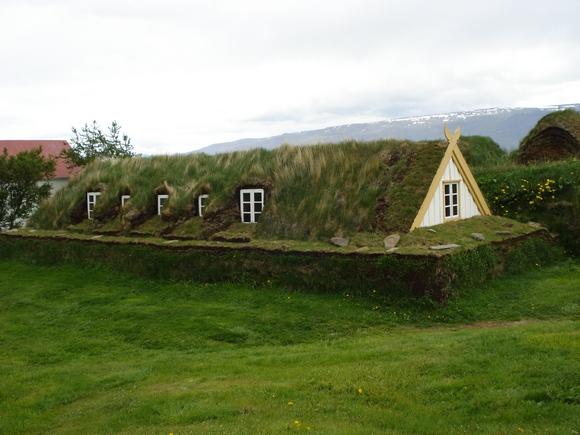 Некоторые любители старины в Исландии строят дома, как у викингов, но с современными удобствами