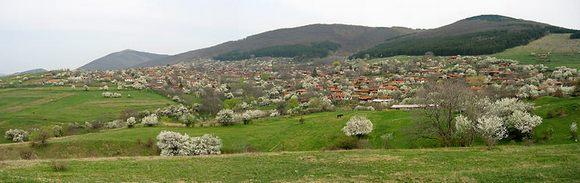 Болгарская архитектура на фоне типичного ландшафта.