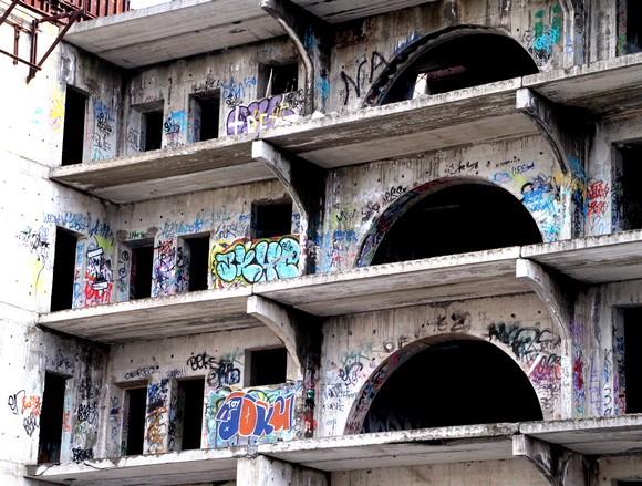 Обилие «наскальных надписей» с верхних этажей свидетельствует: облюбованную «незавершенку» вдоль и поперек излазили ищущие приключений подростки. И внесли собственную лепту в формирование исторической панорамы Старого Ростова — наряду с горе-застройщиками современности.