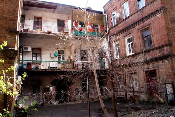 А жильцов типичного ростовского дворика явно достало такое соседство. О чем свидетельствует забор, опутанный колючей проволокой.