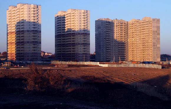 Крупнейший в столице ЮФО застройщик Суворовского района — ЗАО «Ростовское» — долго думал, но в конце концов решил не снижать своих планов по строительству жилья из-за кризиса.