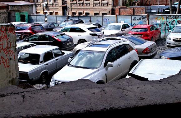 Ростовчане незаконно паркуют авто на заброшенной стройке под кабинетом сити-менеджера.