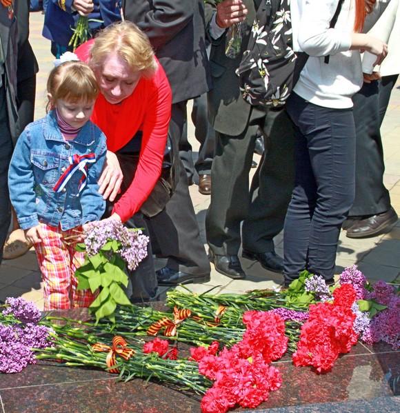 Возложение цветов к монументу Победы.