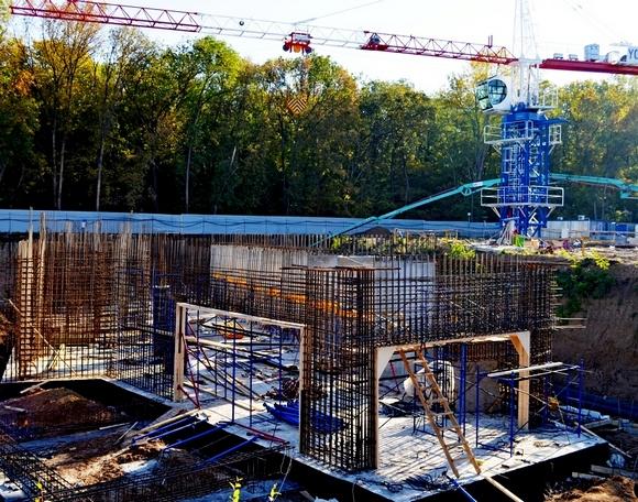 Сентябрь-2014: строительство подземного паркинга, стен нижних этажей.