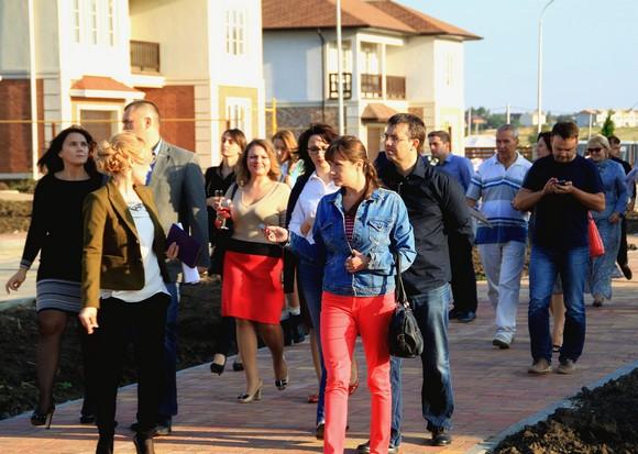 Покупатели жилья на презентации в Ясной поляне.