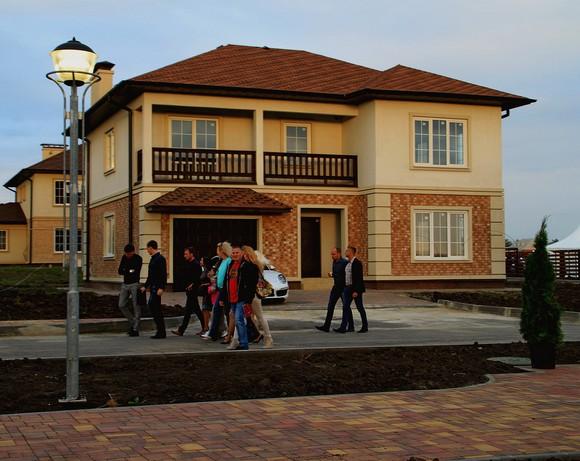 Такую цветовую гамму приобретает бульвар Толстого с наступлением сумерек (осень 2014 г.). Проложенные под дорогой коммунальные сети в едином коллекторе успешно работают.