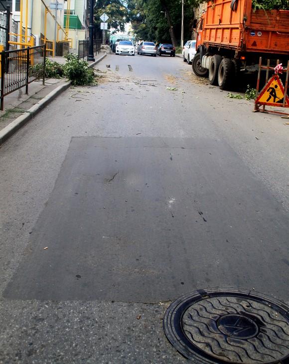 Еще одно новое слово в городском дизайне от ростовской власти я обнаружил ближе к набережной. Круглый люк с темным «квадратом» гармонируют  выгодно контрастирует с  остальным более светлым дорожным покрытием.