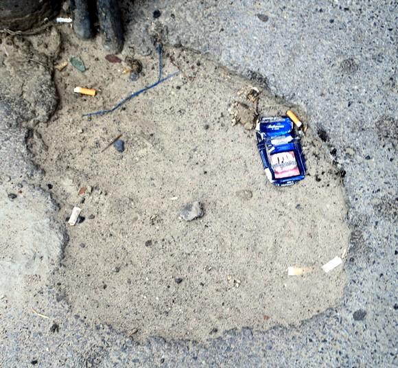А это, наверное, новая малая уличная форма. В нее можно бросать мелкий мусор, как в пепельницу.