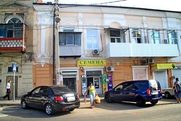 Путник, спускающийся с Б. Садовой и проскользнувший в «узкие врата» рынка, упрется в этот дом.