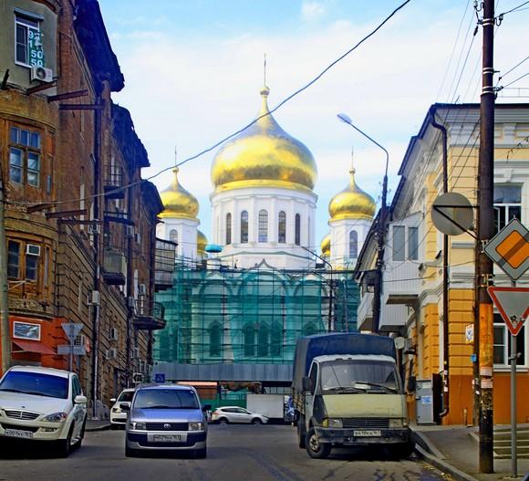 Поднимаясь к Соборному-Тургеневской, путник упирается в храм, дальше нет хода.