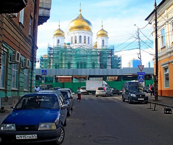 Соборный — очень удобный переулок для подобной экскурсии: главным ориентиром нам послужит фасад храма, подтверждающий, что я не «намухлевал», не свернул на соседнюю улочку.