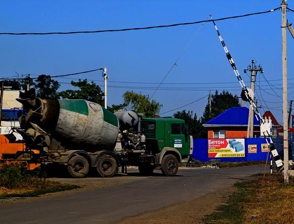 Постоянно снующие через КПП бетоновозы свидетельствуют об интенсивном развитии поселка — несмотря на всякие кризисы.
