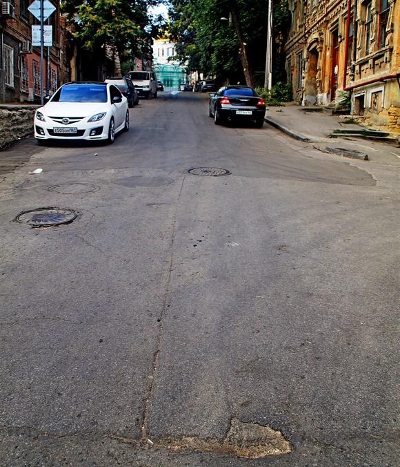 В процессе ремонта дороги на Соборном использованы новые технологии разметки для транспорта. Обратим внимание: эта живописная линия разделяет проезжую часть как раз пополам.