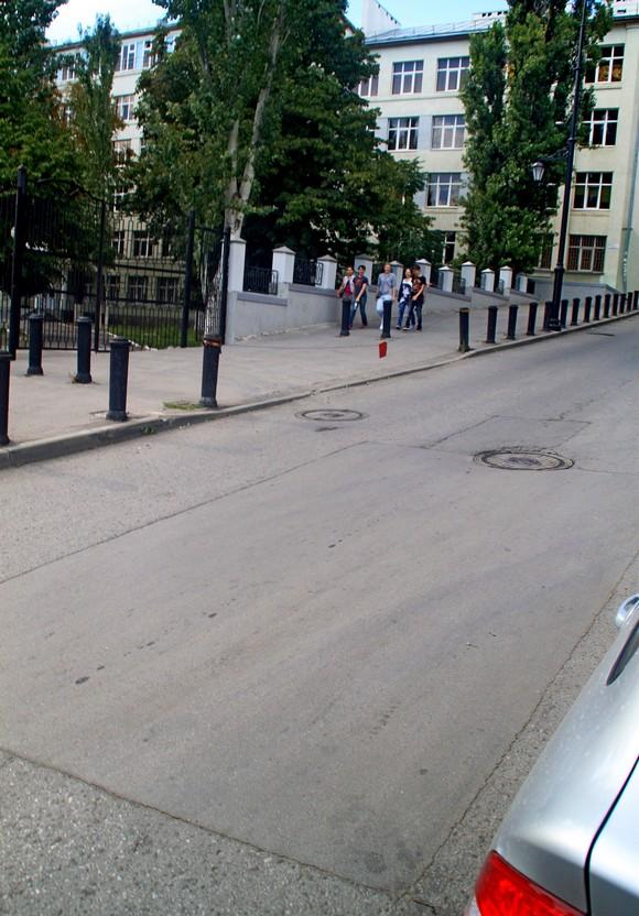 А здесь, наверное, хотели разметить «островок безопасности» специально для детей, учащихся гимназии №5, чей фасад мы видим на заднем плане.