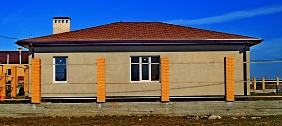 Скромное жилье тоже встречается: коттеджный поселок доступен очень многим.