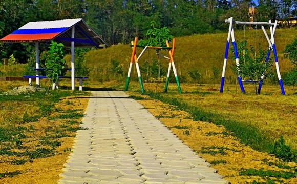 Качели в строящемся парке.
