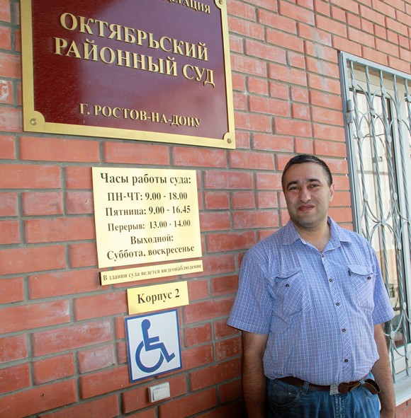 Александр Чакински у входа в Октябрьский суд.