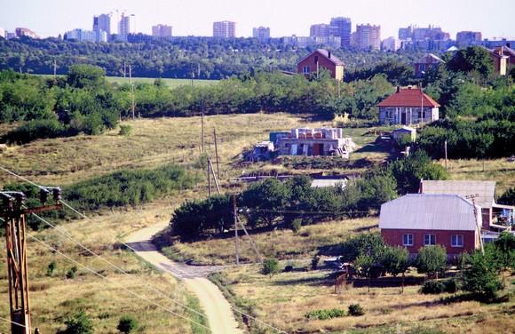 Географически коттеджный поселок «Ореховая роща» является новым малоэтажным районом Ростова: отсюда видны высотки Северного жилого массива.