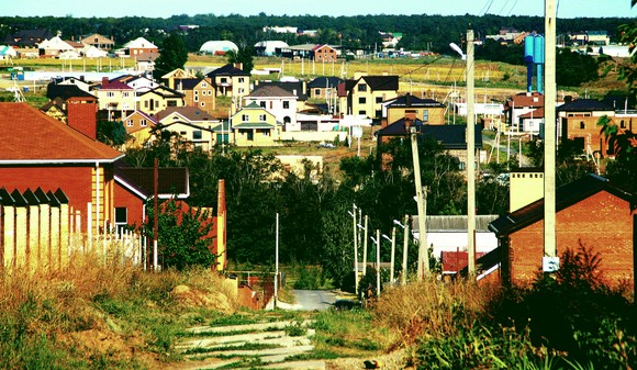 Панорама поселка со стороны дачного комплекса «Исток», инженерию которого также строила компания «Ореховая роща». Время уже показало: застройщику можно верить, здесь не обманут.
