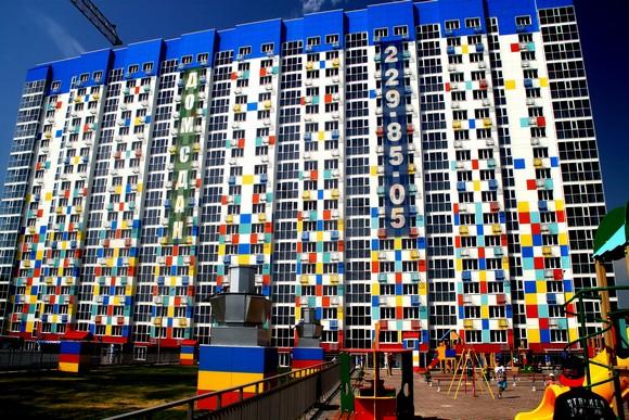 Строительная компания «10 ГПЗ» принесла в Ростов петербургскую моду, позаимствовав вариант мозаичной расцветки финского фасада. В прежние времена фасады ее домов (например, жилого комплекса «Гвардейский-1») выглядели поскучнее.
