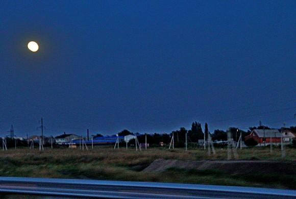 Вечерняя идиллия у соседствующих с трассой сельчан.